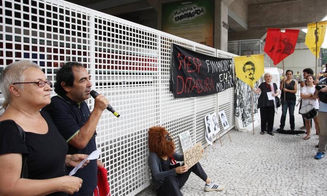 Com máscara de gorila, uma manifestante participa de protesto Michel Filho / O Globo