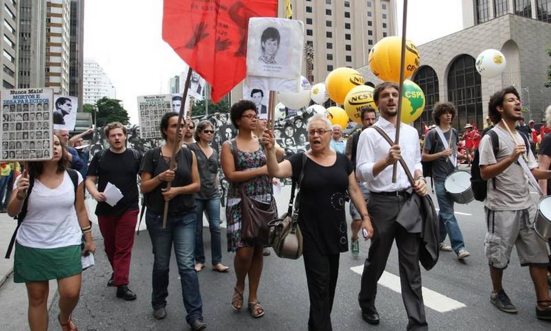Eles protestaram contra o papel da instituição e de empresas durante a ditadura Michel Filho / O Globo
