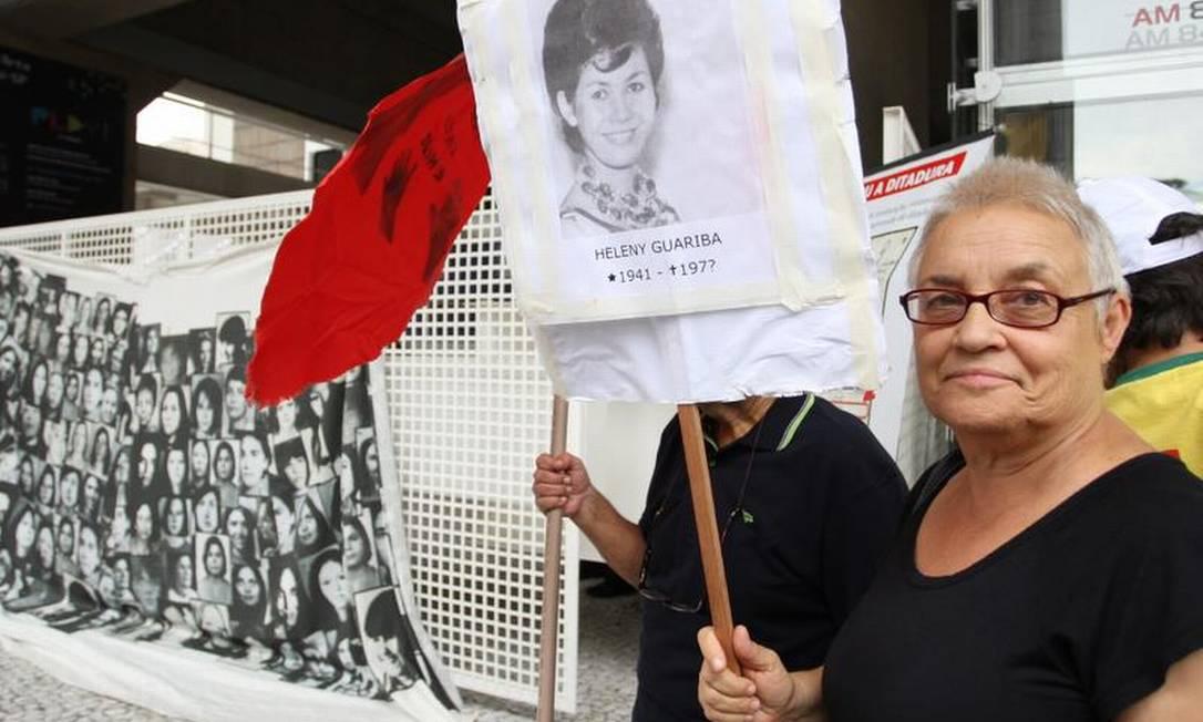 Amélia Teles, ex-presa política, leva cartaz de desaparecida Michel Filho / O Globo