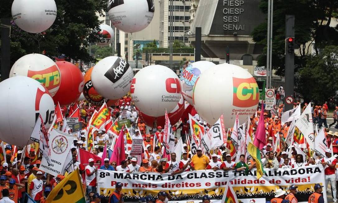 No mesmo local, centrais sindicais também fizeram uma marcha da classe trabalhadora Foto: Michel Filho / O Globo