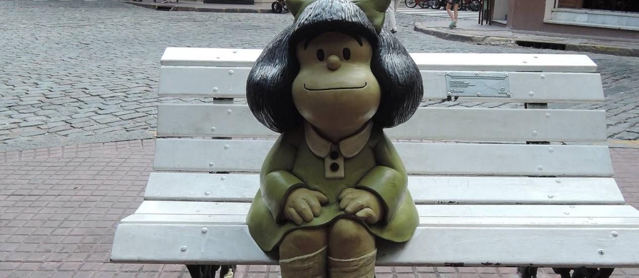 A estátua de Mafalda, ponto turístico na esquina das ruas Chile e Defensa, em San Telmo, Buenos Aires Foto: Eduardo Maia / O Globo