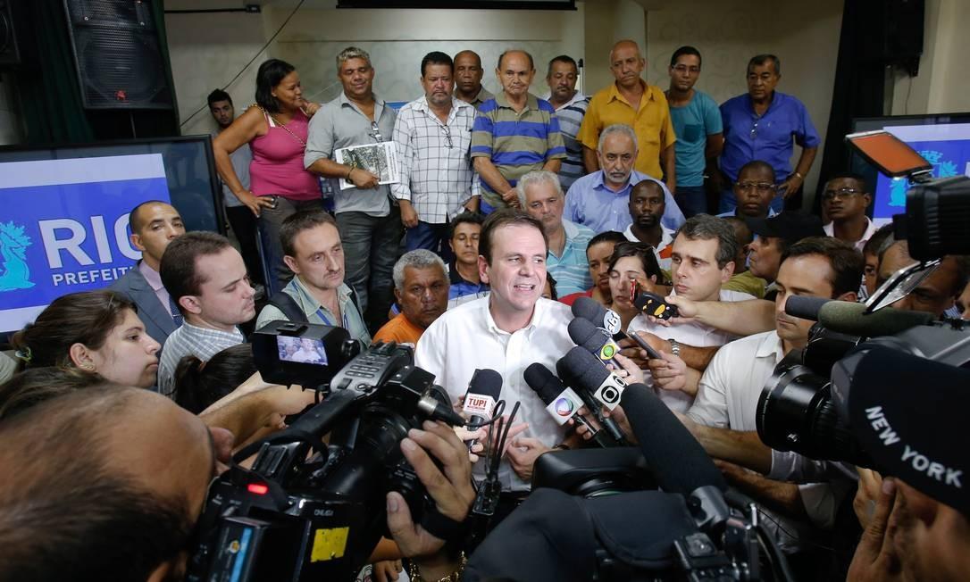 O prefeito Eduardo Paes em entrevista no Complexo da Maré Foto: Alexandre Cassiano / Agência O Globo