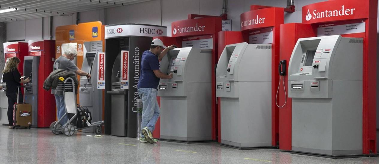 Entre os fatores de pressão para o desempenho das instituições financeiras em 2015 está a fraca expansão econômica, diz a Fitch Foto: Daniela Hallack Dacorso / Agência O Globo