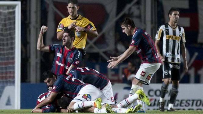 Jogadores do San Lorenzo comemoram o gol de Villalba, no primeiro tempo Foto: Eduardo Di Baia / AP
