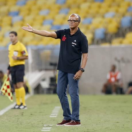 Jayme de Almeida tenta orientar o time do Flamengo na derrota para o León Foto: Ivo Gonzalez / Agência O Globo