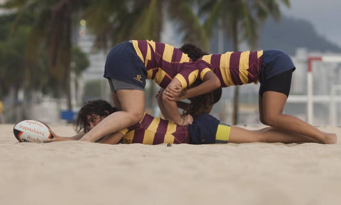 Sem frescura: ralação na areia de Copacabana em treino do Guanabara Foto: Guilherme Leporace / Agência O Globo