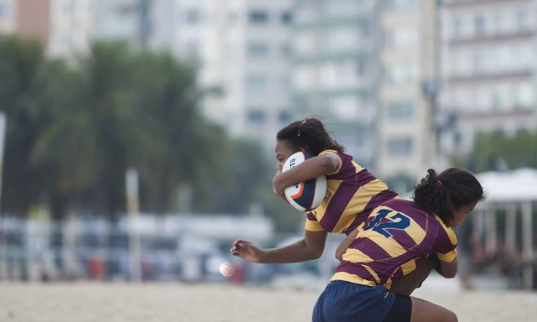 Derrubando a adversária: o rúgbi é um esporte de intenso contato físico Foto: Guilherme Leporace / Agência O Globo
