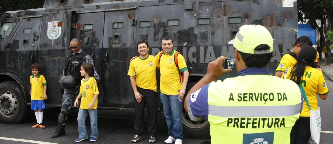 Na Copa das Confederações, o carro blindado da polícia virou atração turística - Foto: Marcelo Carnaval - 20/06/2013 / Agência O Globo