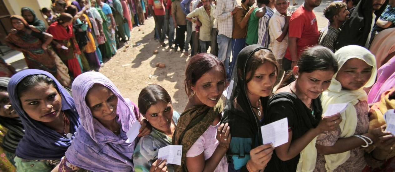 Indianos enfrentam filas para votar durante as eleições parlamentares em Jammu, na Índia. Foto: Channi Anand / AP