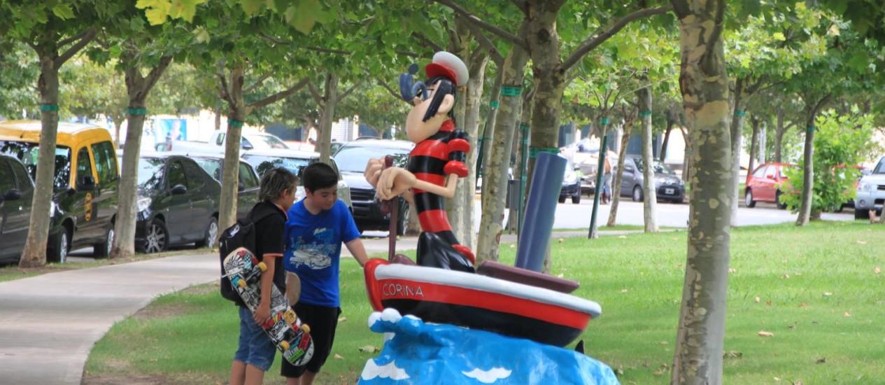 """Dois """"pibes"""" observam a escultura do marinheiro Langostino e seu barco Corina em Puerto Madero Foto: Eduardo Maia / O Globo"""