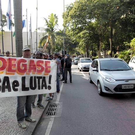 Funcionários do Degase protestam em frente ao Palácio Guanabara: eles fecharam parcialmente a Rua Pinheiro Machado durante a tarde desta quinta-feira Foto: Marcelo Piu / Agência O Globo