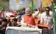 O candidato acena a simpatizantes em Gujarat: fuga para o Himalaia