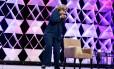 A ex-secretária de Estado dos EUA, Hillary Clinton, escapa de levar uma sapatada durante palestra em Las Vegas