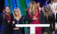 Courtney Love abraça Dave Grohl durante cerimônia do Hall da Fama do Rock que homenageou o Nirvana
