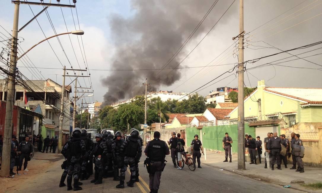 Fogo atingiu um dos andares do prédio da Telerj. Densa cortina de fumaça pode ser vista de longe Foto: Márcia Foletto / Agência O Globo