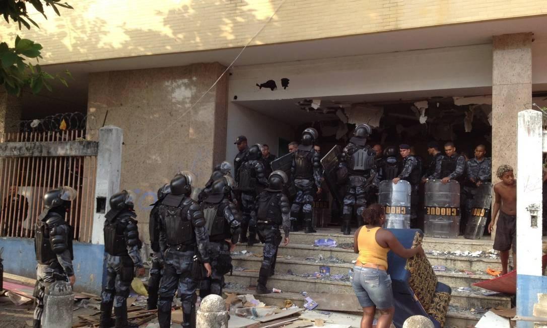 A chegada da Polícia Militar na Favela da Telerj Foto: Márcia Foletto / Agência O Globo