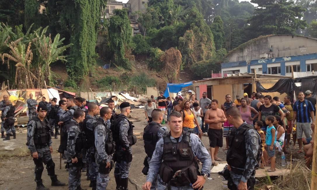 Os policiais no terreno invadido no Engenho Novo Foto: Agência O Globo