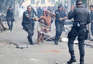 Invasor é retirado por policiais militares de terreno da Oi Foto: Fernando Quevedo / O Globo