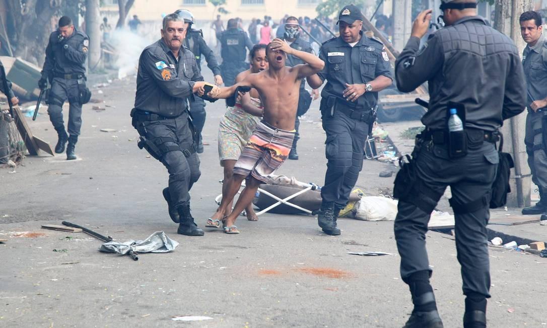 Invasor é retirado por policiais militares de terreno da Oi Foto: Fernando Quevedo / Agência O Globo