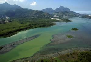 Assoreamento e esgoto nas lagoas de Jacarepaguá Foto: Custódio Coimbra / Agência O Globo