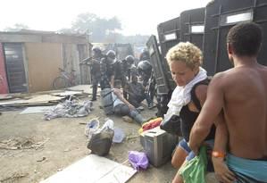 Policiais retiram manifestantes da Favela da Oi Foto: Márcia Foletto / Agência O Globo