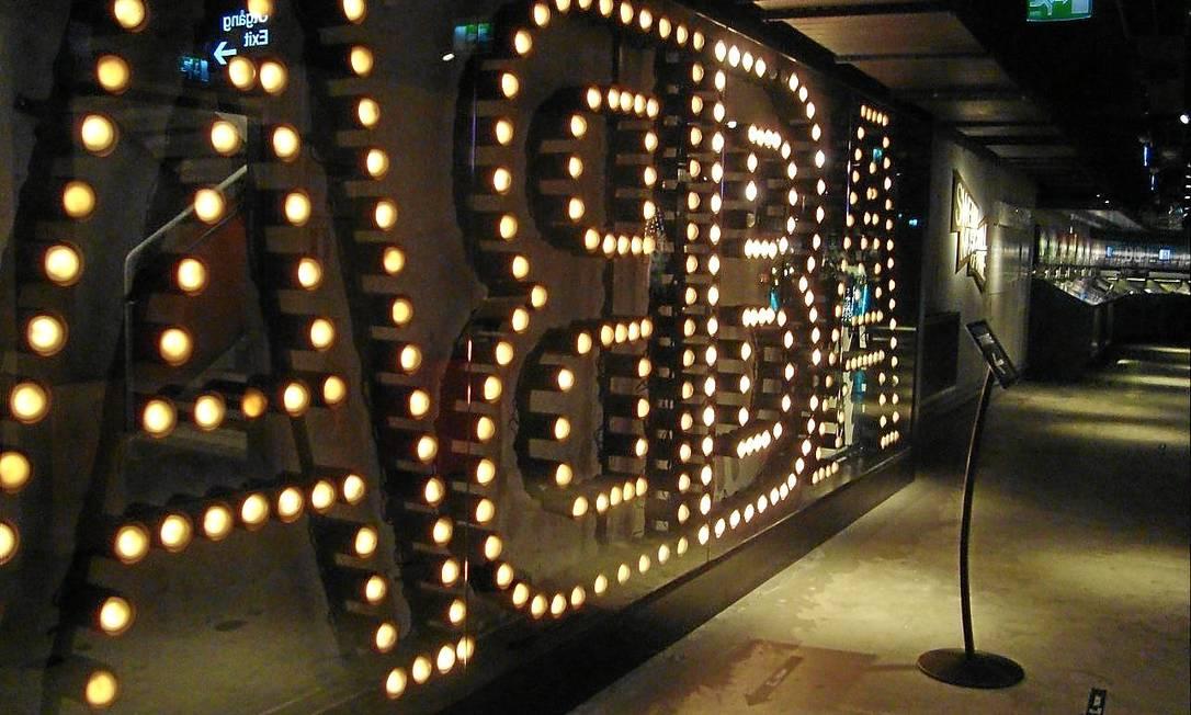 Luzes. O clima é de glamour na entrada do Museu Abba Foto: / Viviane Nogueira/O Globo