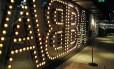 Luzes. O clima é de glamour na entrada do Museu Abba