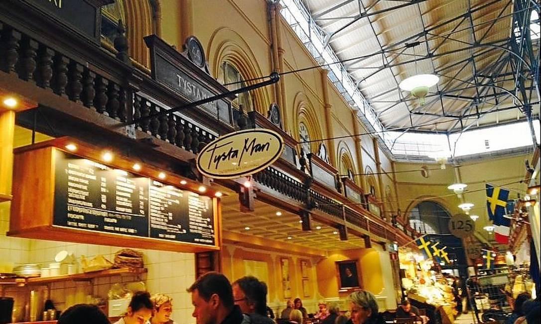 Salão de alimentos. O mercado Östermalms Saluhall existe desde 1888 Foto: Viviane Nogueira / Viviane Nogueira/O Globo