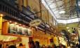 Salão de alimentos. O mercado Östermalms Saluhall existe desde 1888