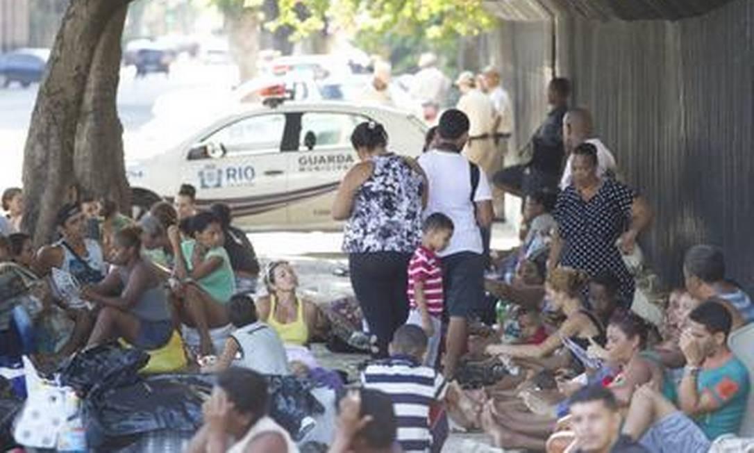 Famílias que invadiram o terreno da Oi, no Engenho Novo, fazem acampamento em frente à prefeitura Foto: Márcia Foletto