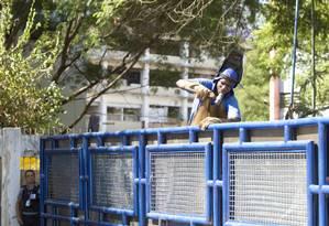 Homem isola o terreno da Oi, desocupado pelo PM: área estava ocupada por cinco mil pessoas desde 31 de março Foto: Márcia Foletto / Agência O Globo