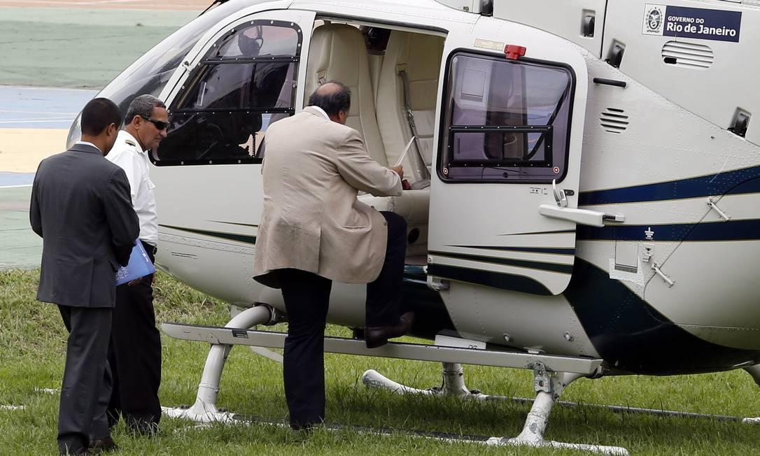 Governador Luiz Fernando Pezão sobe em helicóptero oficial Foto: Fabio Rossi / O Globo