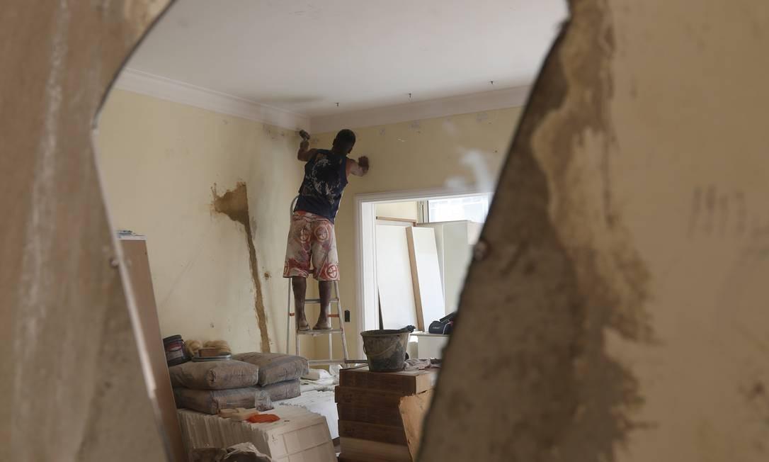 Obra já iniciada em apartamento em Copacabana. A partir da próxima sexta, iniciar uma obra em casa vai exigir doses extra de paciência Foto: Simone Marinho
