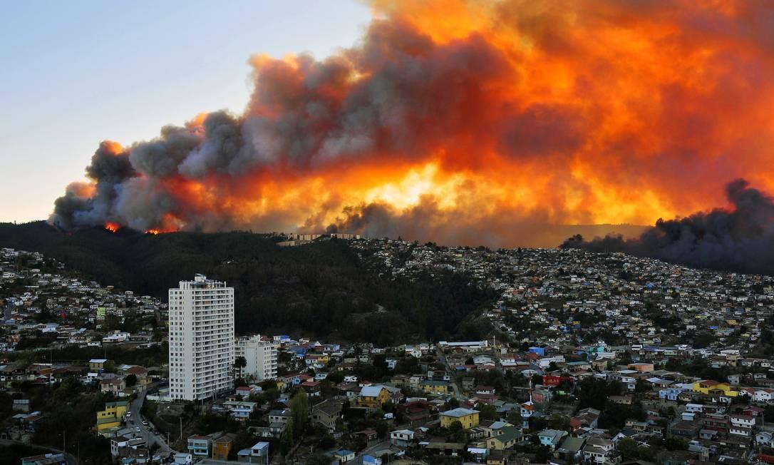 Incêndio de grandes proporções deixou oito mortos, destruiu 500 casas e obrigou a retirada de 5 mil pessoas ALBERTO MIRANDA / AFP