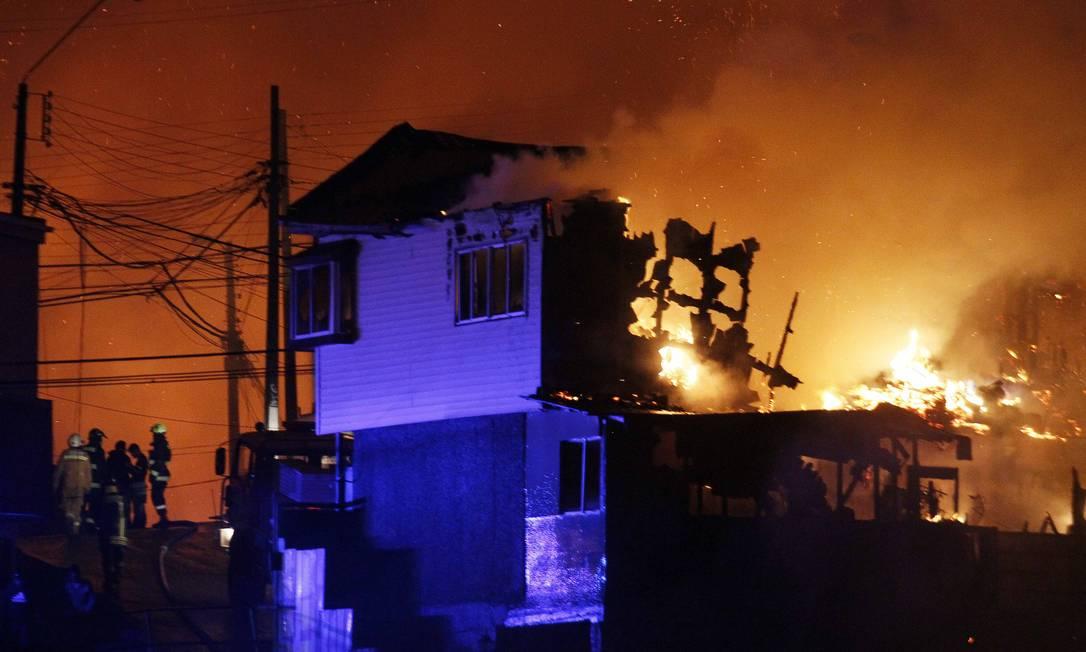 Incêndio de grandes proporções deixou oito mortos, destruiu 500 casas e obrigou a retirada de 5 mil pessoas Luis Hidalgo / AP