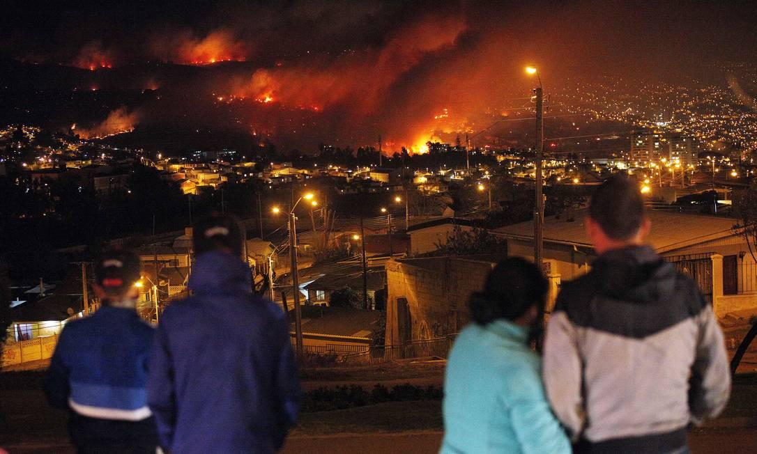 Incêndio de grandes proporções deixou 11 mortos, destruiu 500 casas e obrigou a retirada de 5 mil pessoas Luis Hidalgo / AP