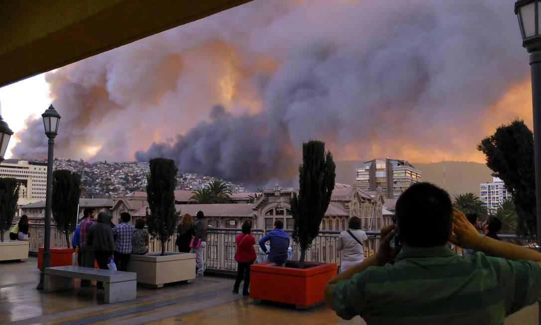 Incêndio de grandes proporções deixou oito mortos, destruiu 500 casas e obrigou a retirada de 5 mil pessoas STRINGER/CHILE / REUTERS