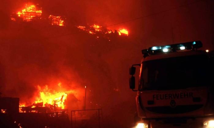 Incêndio de grandes proporções deixou oito mortos, destruiu 500 casas e obrigou a retirada de 5 mil pessoas FELIPE GAMBOA / AFP