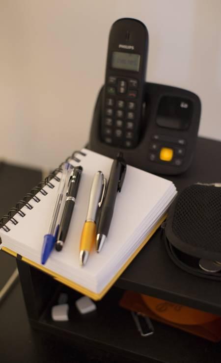 Detalhe da mesa do escritório de João Ximenes, autor que tem em seu currículo tramas como 'Lado a lado' Foto: Simone Marinho / Agência O Globo