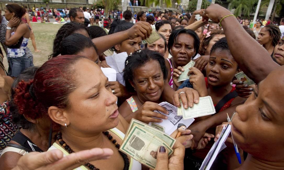 Invasores, com documentos nas mãos, se mobilizam para fazer cadastro social da prefeitura: eles reivindicam moradia Foto: Márcia Foletto / Agência O Globo