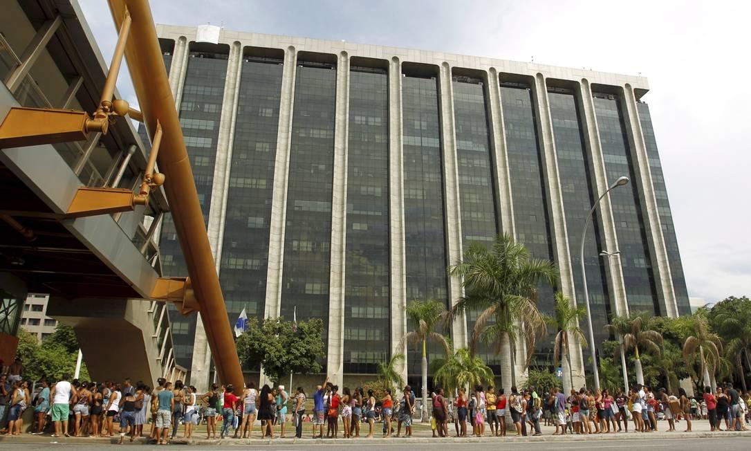 Prédio da prefeitura fica cercado de manifestantes Foto: Gabriel de Paiva / Agência O Globo