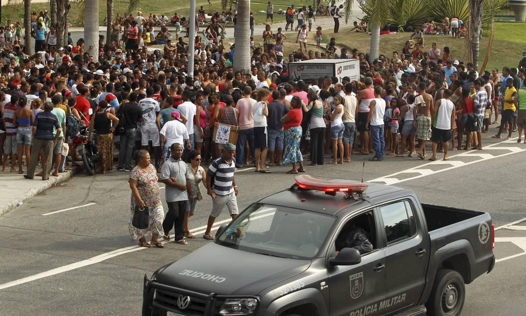 Carro do Batalhão de Choque passa ao lado de aglomeração em frente à prefeitura Foto: Gabriel de Paiva / Agência O Globo
