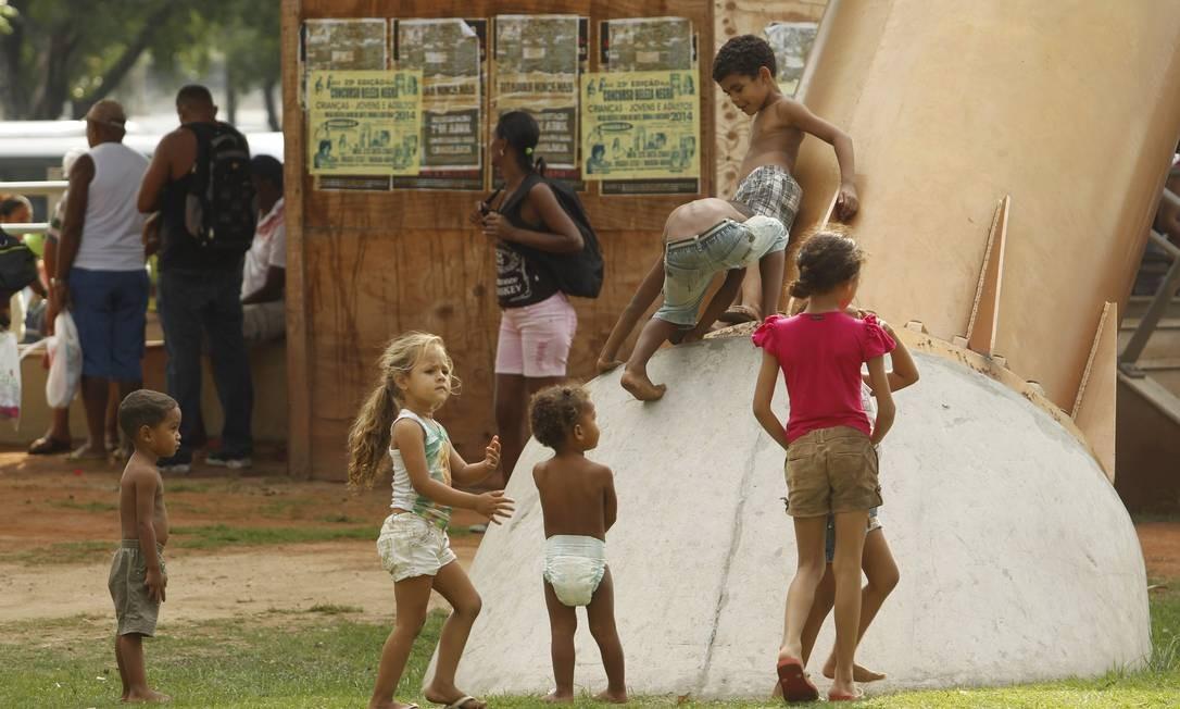 Crianças brincam na área ocupada por invasores, no Centro Foto: Gabriel de Paiva / Agência O Globo