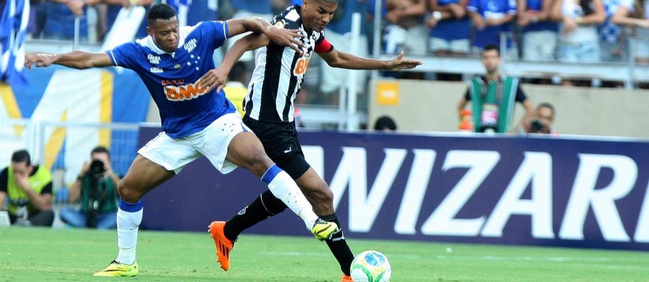 Júlio Baptista disputa bola com Leonardo Silva: empate deu o título do Campeonato Mineiro ao Cruzeiro Foto: / Leo Fontes / / O Tempo