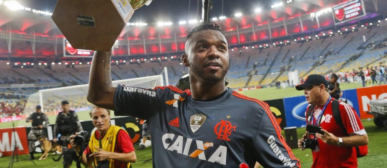 Felipe comemora com a taça do Carioca 2014 Foto: Guito Moreto / Agência O Globo