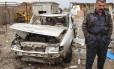 Membro das forças de segurança iraquianas examina um posto de patrulha atacado por um homem-bomba