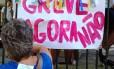 Em cartazes espalhados pelo colégio pais de alunos pedem que professores não cruzem os braços