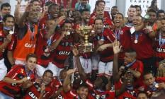 Os jogadores do Flamengo comemoram o título estadual Foto: Pilar Olivares / Reuters
