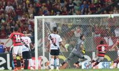 O lance do gol do Flamengo sobre o Vasco na final do Carioca de 2014 Foto: Guilherme Pinto / Agência O Globo