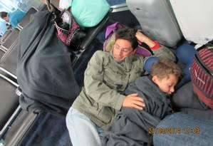 Pai e filho tiveram de dormir no chão do Aeroporto Internacional de Miami Foto: Foto: Arquivo Pessoal